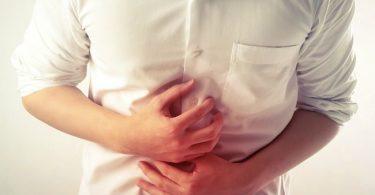 Hombre con dolor de estómago por el padecimiento de empacho