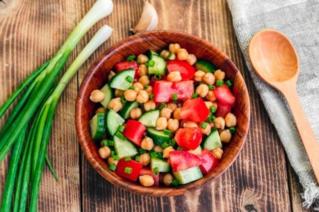 Una ensalada deliciosa con proteínas