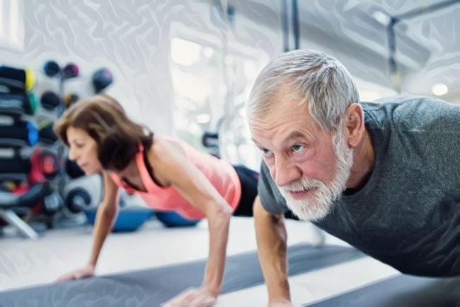 Hombre mayor realizando entrenamiento de resistencia para evitar la pérdida de masa muscular