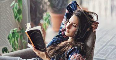una mujer sola leyendo un libro y disfrutando la vida
