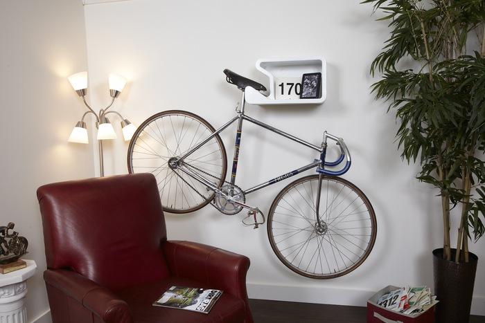 ideas para almacenar colgando en la pared la bicicleta