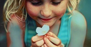 Una niña que ha desarrollado la inteligencia emocional gracias a la educación de sus padres