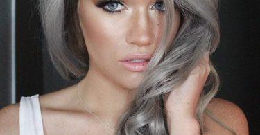Una chica joven con el pelo con tono humo o ceniza