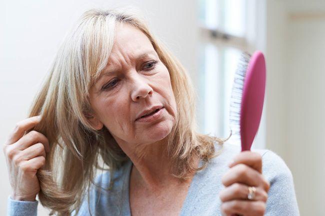 Mujer con problemas en la piel a causa de la menopausia