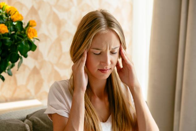 Mujer con estrés con problemas en el sistema inmunológico