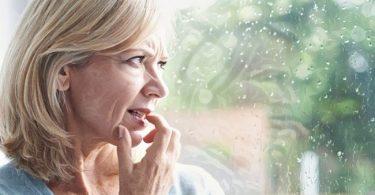 mujer con bajos niveles de estrógenos