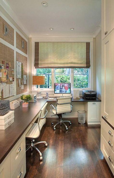 Una oficina pequeña montada en un cuarto de la casa.
