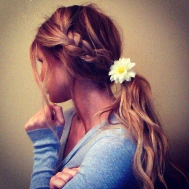 Una joven mujer con llevando peinados rápidos y luciendo muy bella
