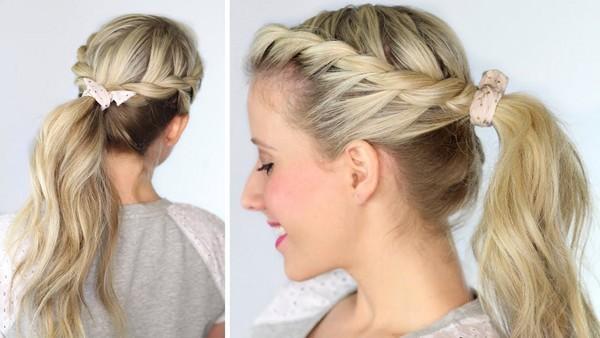 Una chica rubia con un peinado rápido usando trenzas
