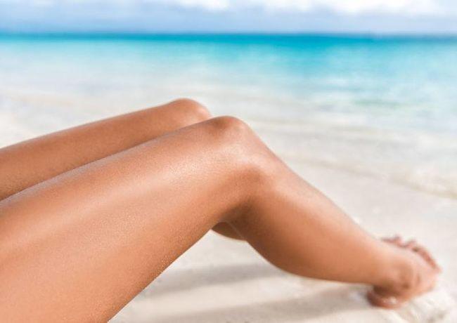 Piernas perfectas de mujer en la playa