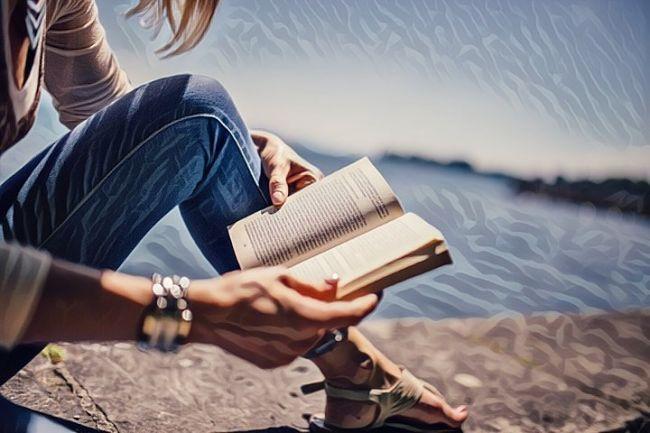 Una mujer leyendo poemas cortos y apreciando la buena literatura