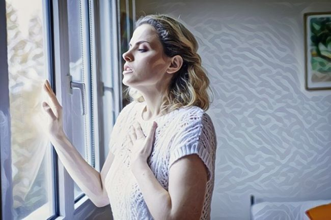Una persona que experimenta síntomas del asma