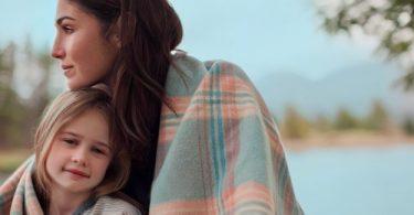Una madre que protege a su hija