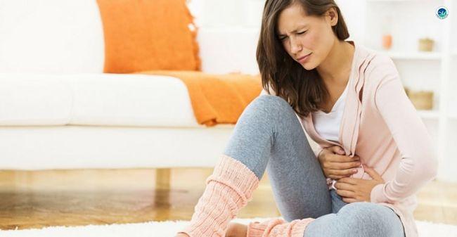 Mujer que padece síndrome premenstrual