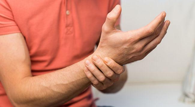 dolores en la muñeca por tendinitis de Quervain