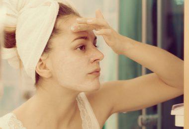 Una mujer con resequedad en la piel que se aplica un tratamiento natural
