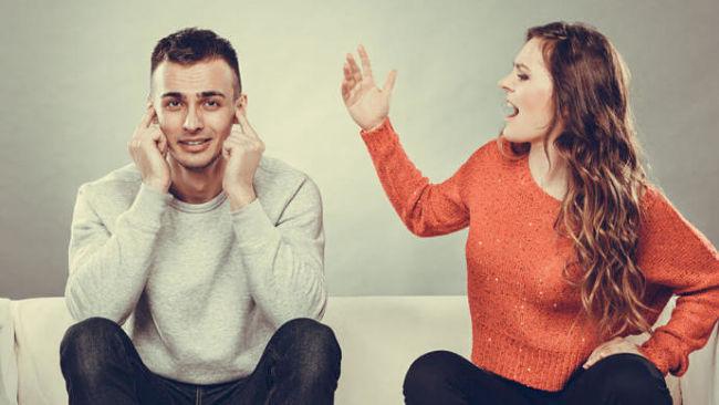 Un persona orgullosa que tiene conflictos con su pareja y en sus relaciones personales
