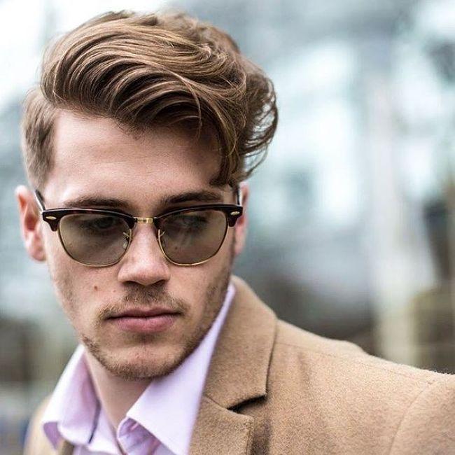 Hombre con cabello claro con un estilo dandy look