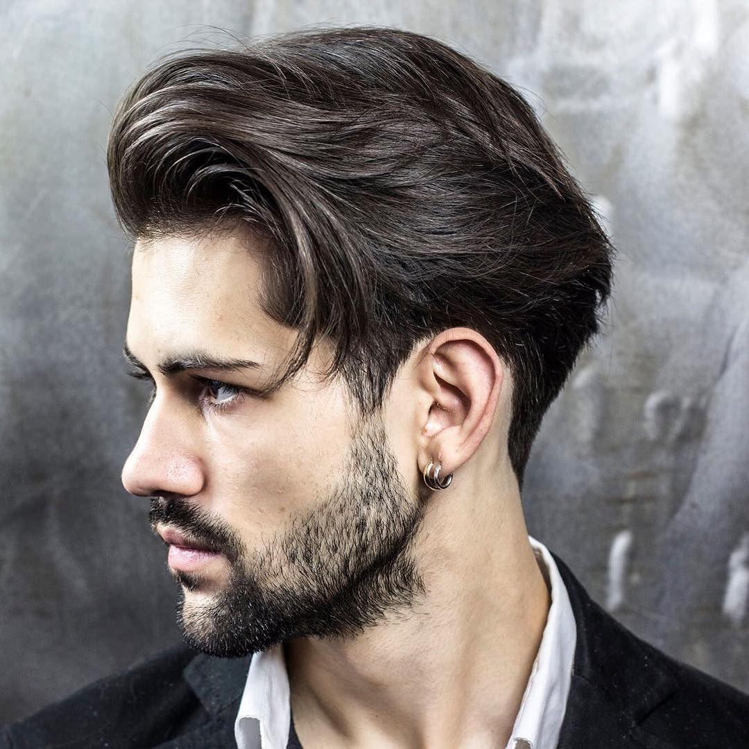 Hombre con corte de cabello medio largo