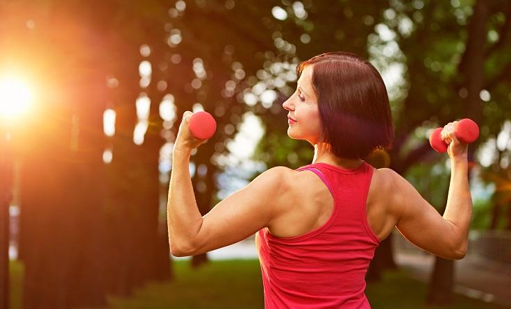 ejercicios antienvejecimiento levantando pesas