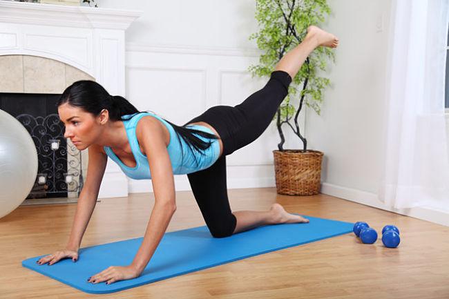 Mujer realizando ejercicios con el estómago vacio