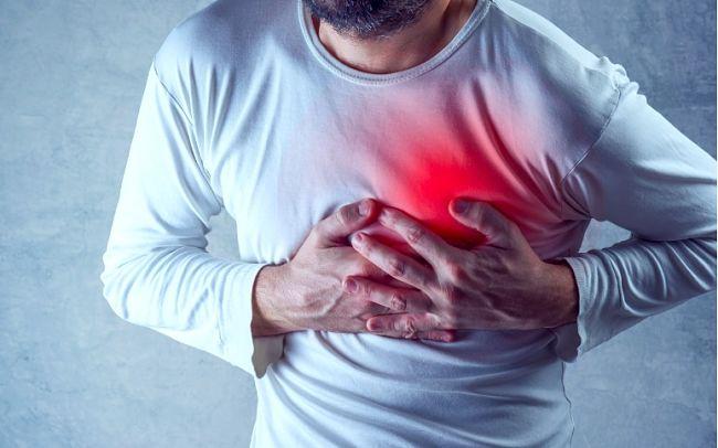 Persona con sintomas de dolor en el pecho por padecimiento de enfermedad cardiovascular