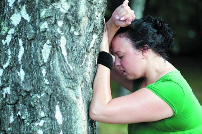 Una mujer presenta síntomas de falta de aire o disnea