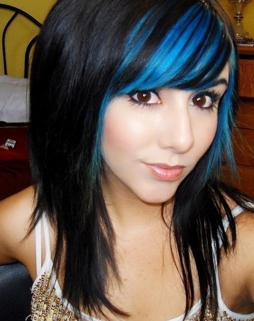flequillo pintado de color azul en cabellera negra