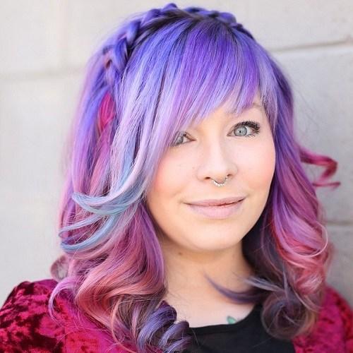 look de pelo con colores pastel y flequillo de lado