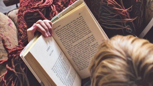 Leyendo un libro de superación personal