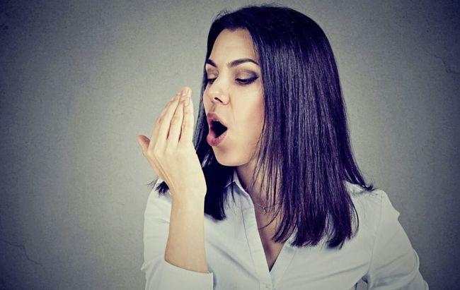 Mujer con mal aliento y mal olor bucal