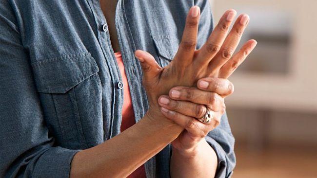 Mujer que siente sus manos entumecidas