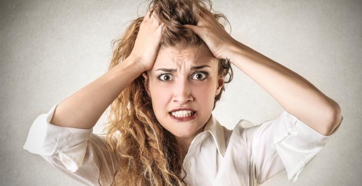Una mujer joven con ataques de ansiedad