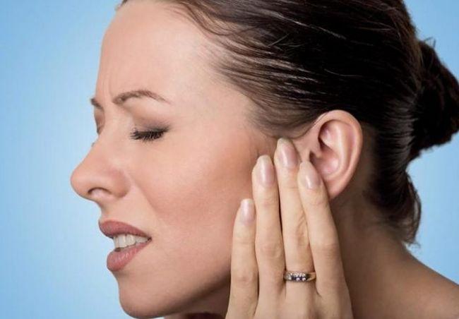 Mujer con síntomas y padecimiento de dolor por neuralgia del trigémino