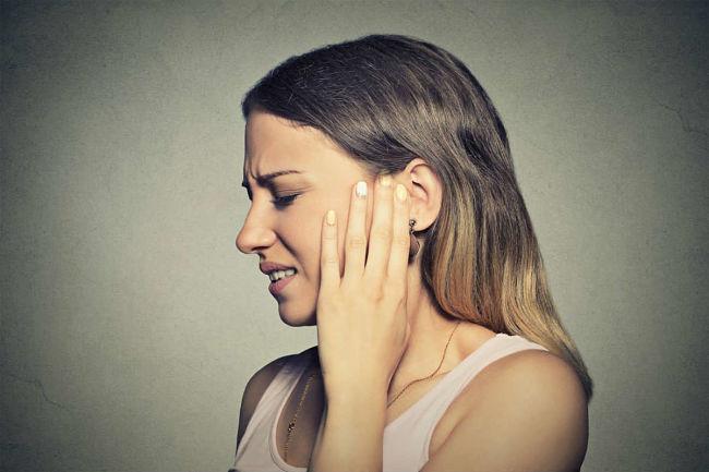 Mujer con padecimiento de cefalea y dolor de cabeza por los niveles altos de progesterona