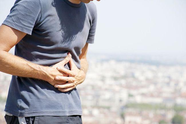 Hombre padece dolor por pancreatitis crónica