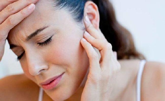 Mujer con dolor de oído por perforación timpánica