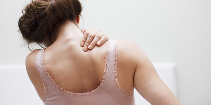 Mujer con dolores en la nuca por presión alta