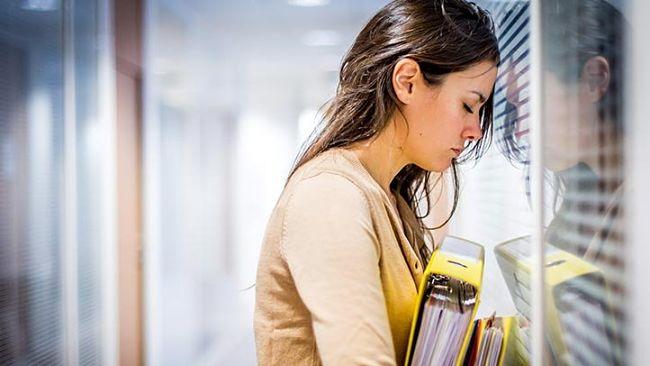 mujer con mucho estrés debido a su profesión