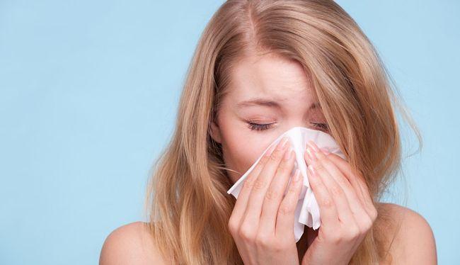 Una mujer con síntomas de alergia al polvo