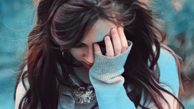 Mujer que intenta superar el resentimiento
