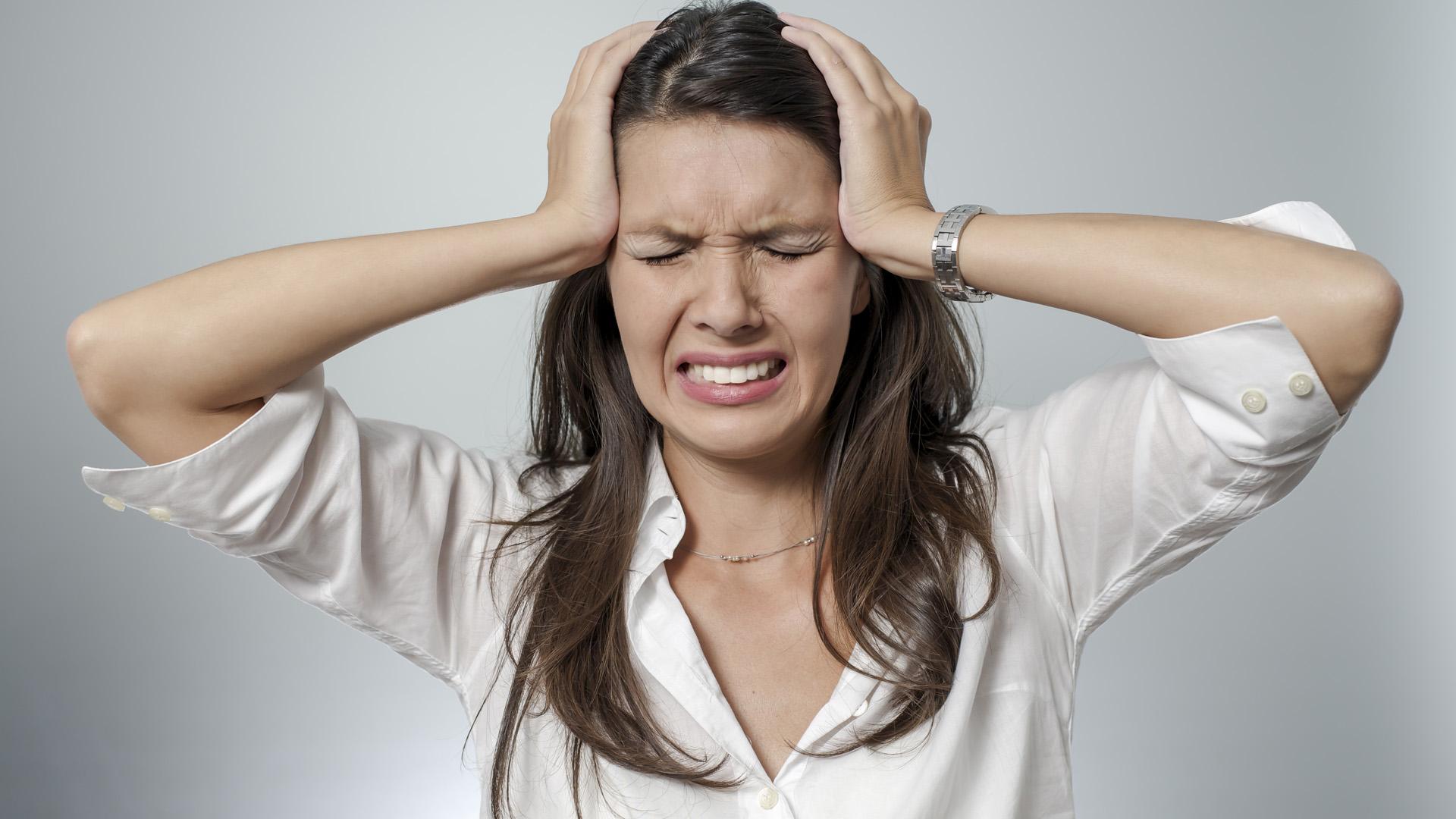 Mujer con dolores de cabeza y migraña por intolerancia al gluten