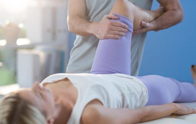 Mujer tratando su dolor crónico sin usar medicamentos