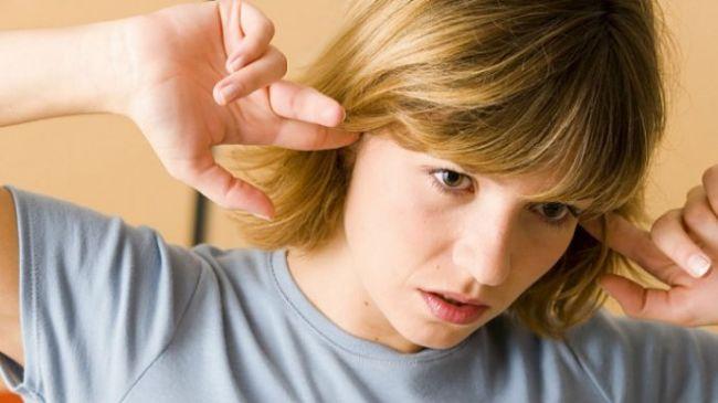 Una mujer con zumbidos en los oidos