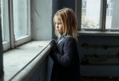 una niña con trastornos de ansiedad en su infancia