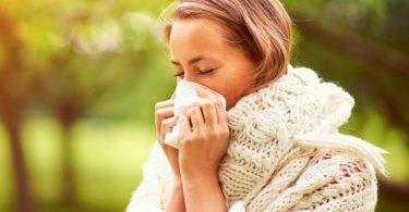 Mujer con sinusitis que requiere usar antibióticos