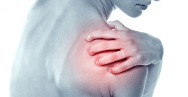 Mujer con dolor por bursitis en el hombro