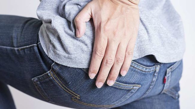 Hombre con dolor de pierna y espalda por reflejo de la ciática inflamada