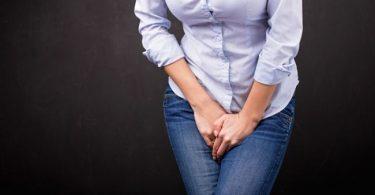 Mujer con síntomas de la incontinencias urinaria