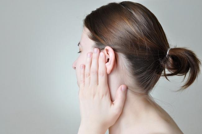 una mujer con infección de oídos